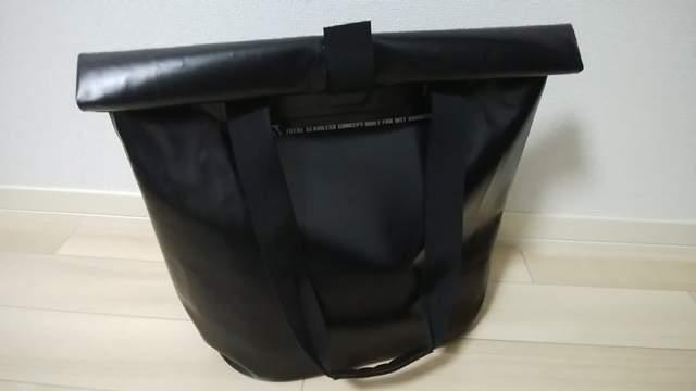 ZAT無縫製防水トートバッグが床に置かれている