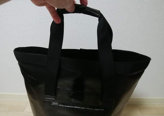 ZAT無縫製防水トートバッグの持ち手を持ち上げた様子