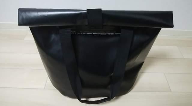 ZAT無縫製防水トートバッグの口を2回折ってマジックテープで留めた状態