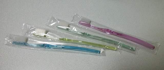 ダイソーの個装された極細毛歯ブラシ4本入り。外袋から出した状態