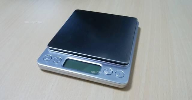 テーブルに置かれたデジタル計り