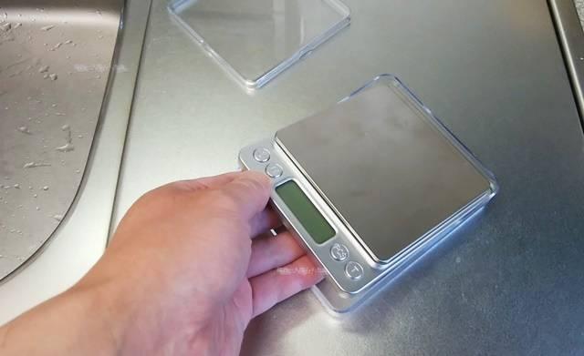 デジタル計りを透明ケース大に入れる