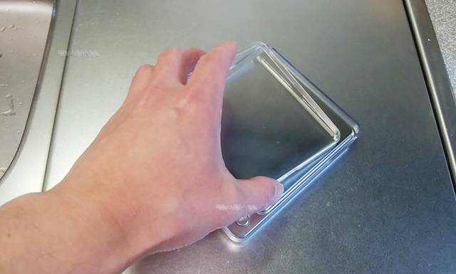 デジタル計りに透明ケース小がぴったりかぶさる