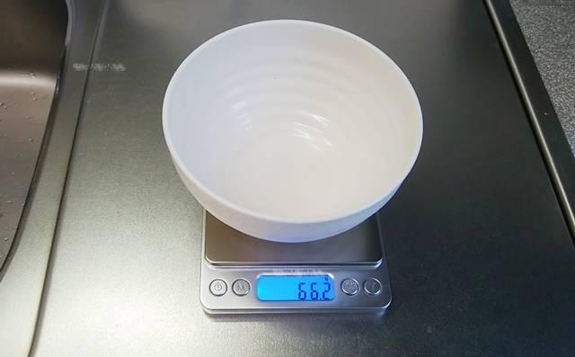 デジタル計りにお椀をのせたらその重量が表示された