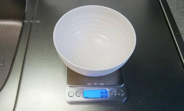 デジタル計りにお椀がのった状態で表示部がゼロになっている