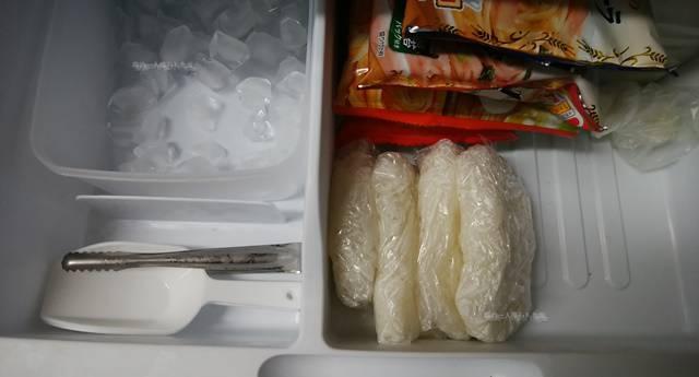 冷凍庫に入れられたラップご飯
