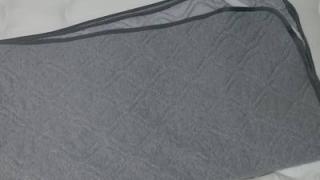 四つ折りにされた敷布団パッドのアップ