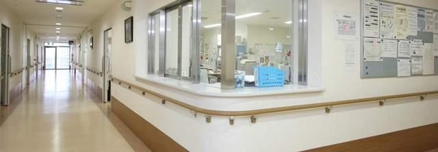 病院のナースステーションを外側から見た図