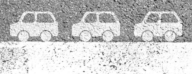 アスファルトに描かれた白線と車のマーク