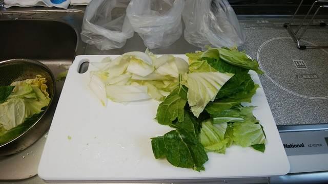 まな板の上に大量にカットされた白菜