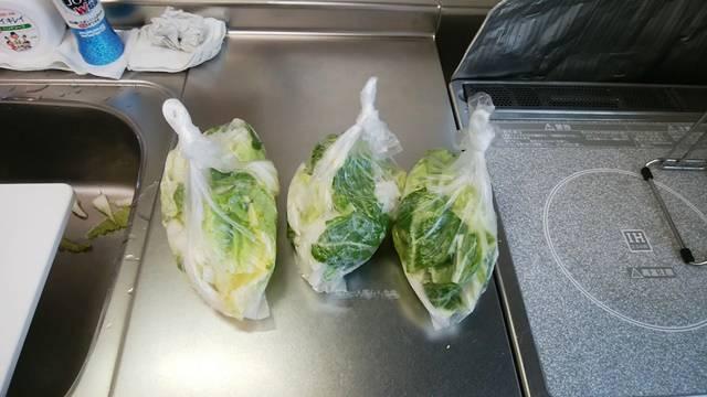 アイラップに小分けされ開けやすいしばり方をされた白菜の切り置き3つ