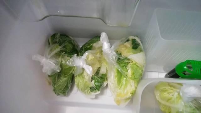 白菜の切り置きの袋詰めを冷蔵庫の野菜室へ