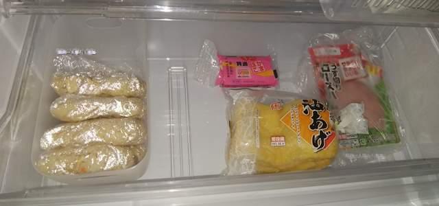 冷蔵庫のチルドルームにラップで包んだご飯がプラ容器の中に立てて幾つか置かれている