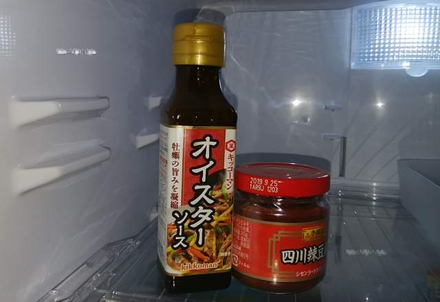 冷蔵庫の中の豆板醤とオイスターソース