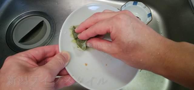 緑茶パックでお皿をこすって汚れを落とす
