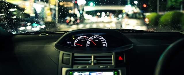 夜の車内のエアコンやタコメーターの辺り