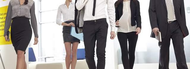 仕事が終わってリラックスして歩く外国人のビジネスマンの男女5人の首から下の画像