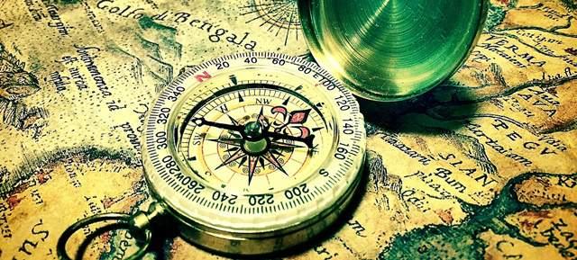 宝探しのような雰囲気がある古地図の上に置かれた方位磁針