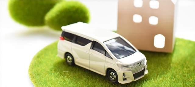 簡単な家の模型と、精巧につくられたミニバン車のミニチュア