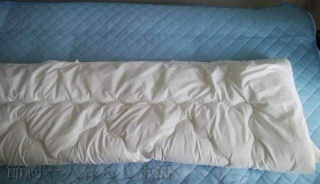 掛け布団を1/3に折る過程。