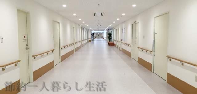 真っすぐ続く病院の明るくキレイな廊下