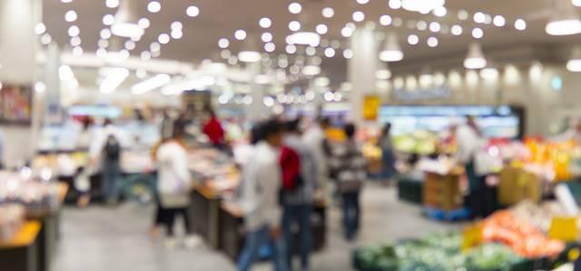 大きなスーパーが買い物する人々のピンボケした風景