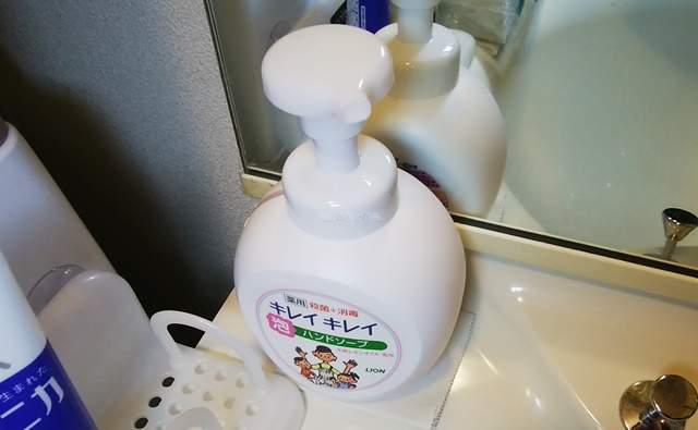 洗面台の端に置いたキレイキレイの大ボトル