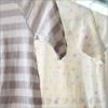 窓際に干されたボーダーやハート柄の白いシャツのアップ