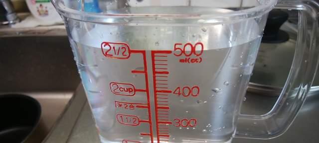 軽量カップに500ccの水が入っている