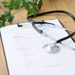 机の上に問診票と聴診器